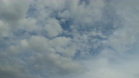 кучево дождевые облака : Time lapse of cumulus clouds against a blue sky. White clouds tighten the sky.