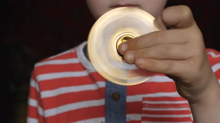 ložisko : Spinning toy, spinner, in the hands of a fair-haired boy. Dostupné videozáznamy