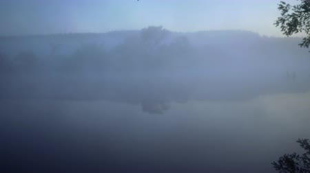 junco : River is drawn in by white mist at dawn. Vídeos