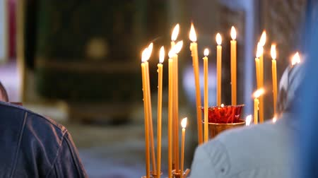 şamdan : Burning wax candles on a candlestick in the Orthodox Church. Stok Video