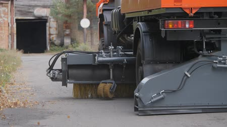 driveway : Equipment for cleaning streets and road surfaces.