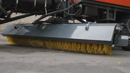süpürge : Equipment for cleaning streets and road surfaces. Brush for sweeping asphalt surfaces of streets and airports. Cleaning the street. The stiff-bristled broom twirls. Stok Video
