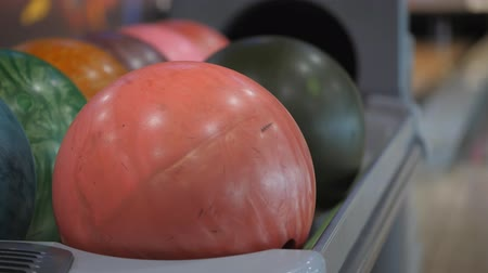 возвращение : Pastime in bowling. Skating balls on the track with the aim of knocking down pins.