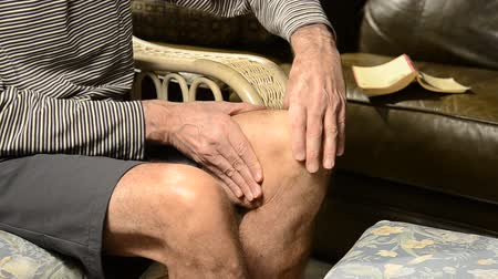 man with knee pain Стоковые видеозаписи