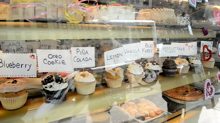 queque : decorated cupcakes with descriptive sign on each