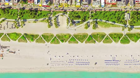 luchtfoto in vogelvlucht van surfer in tropisch helder water miami beach