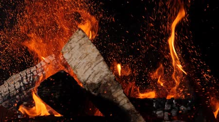 şömine : Close-up of burning fire, flames burning on black background, slow motion