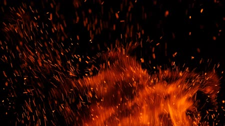 ontvlambaar : Close-up of burning fire, sparks burning on black background, slow motion