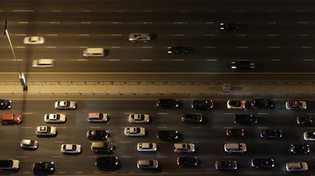 auto estrada : Top down aerial view of heavy traffic on freeway at night. Vídeos