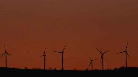watt : Wind power turbines landscape at sunset. Stok Video