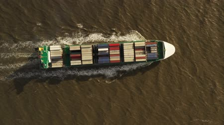 eksport : Container ship in export and import. International shipping cargo.