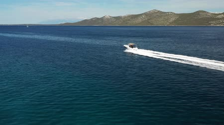 navigovat : Aerial view of motor speed boat cruising on water Dostupné videozáznamy