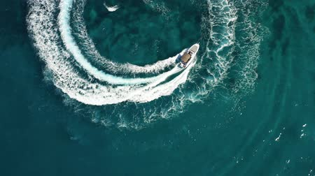 navigovat : Aerial shot of speedboat riding in a circle in the sea. Top travel destination. 4K.