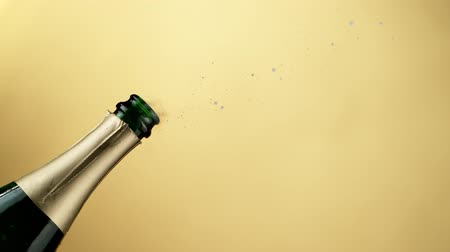 kabarcıklı : Super slow motion of Champagne explosion, opening champagne bottle closeup.