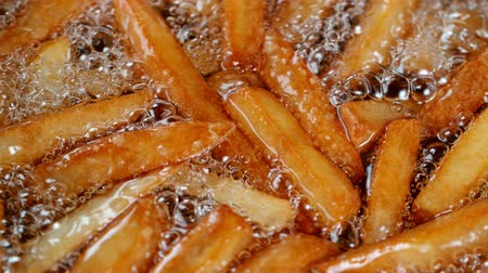 batatas : Slow motion of cooking french fries in the deep fryer