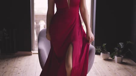 zengin : A gorgeous red-haired lady in an elegant red dress rises from the chair Stok Video