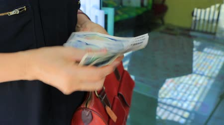 adósság : woman counting japanese yen bank note cash Stock mozgókép