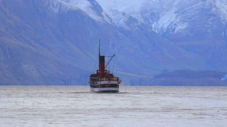 Új zéland : old boat sailing in lake wakatipu queentown south island new zealand Stock mozgókép