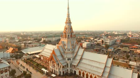 традиционный : aerial view of wat sothorn temple in chachengsao province eastern of thailand important buddhist religion church landmark in thailand Стоковые видеозаписи