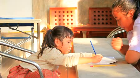 trabalhar fora : asian chidren and sister doing home work at home Vídeos