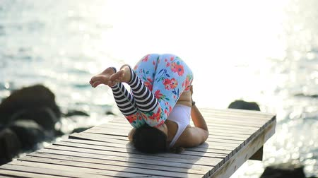 meditando : asian woman playing yoga pose on beach pier