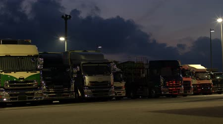 treyler : Shizuoka,Japan-August 27, 2019: Trucks resting at Hamamatsu Service Area@Aichi-bound of Shin-Tomei Expressway at dawn Stok Video
