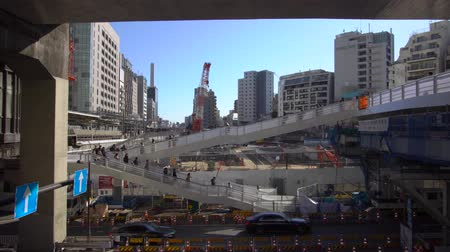 yaya köprüsü : Tokyo,Japan-November 30, 2019: Pedestrian bridge at Shibuya in Tokyo, where large-scale urban development projects are imp Lemented.