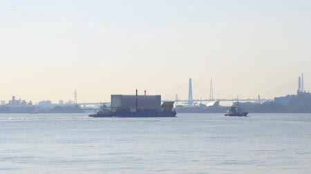 zapalovač : Aichi,Japan-January 14, 2020: A barge or a lighter towed by tugboats at Nagoya port in Ise Bay, Japan Dostupné videozáznamy
