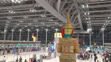 inchecken : Bangkok, Thailand - 25 januari 2020: incheckbalies van Suvarnabhumi Airport of New Bangkok International Airport Stockvideo