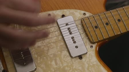 cueillette : Strumming et Pincer un Vintage Electric Guitar Up Close