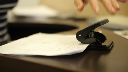 agrafeuse : Perforation des documents contraignants