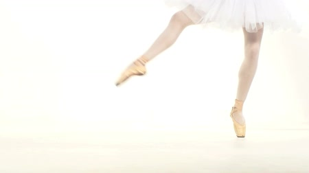 bale : Young ballerina dancing, closeup on legs and shoes, standing in pointe position. Slow motion. Stok Video