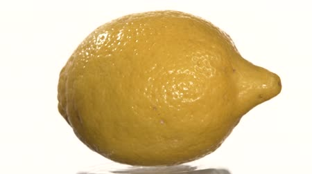 citrón : One ripe lemon, on white background, rotation, close up Dostupné videozáznamy