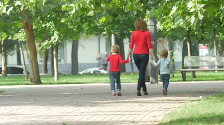 отцовство : Happy Family on a Walk in Summer. Child with Parents Together. Feet Barefoot on Green Grass. Healthy Lifestyle. Spring Time