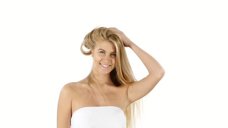 kıvırcık saçlar : Beautiful woman with long straight blond hair. Fashion model posing at studio. Hair Care. Spa Beauty Model. white background. slow motion. Close up, bathroom