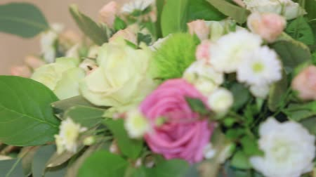 florista : Bouquets with fresh flowers as decoration, dynamic change of focus, close up Stock Footage