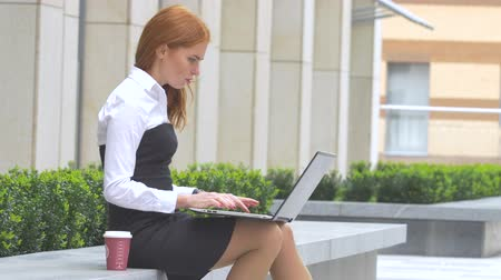 kávészűnet : beautiful woman using laptop with a cup of coffee on the terrace