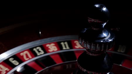 рулетка : Roulette wheel running and stops with white ball on 20 Стоковые видеозаписи