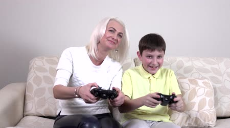 oynamak : Mother and child playing a video game