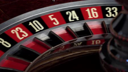рулетка : Roulette wheel starts running and stops