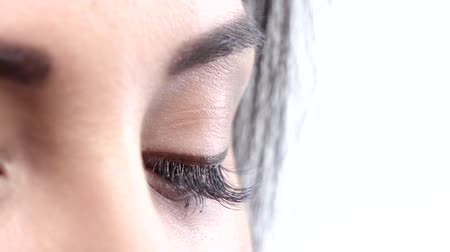 kirpikleri : Woman brown eye with extremely long eyelashes. Close up. Slow motion Stok Video