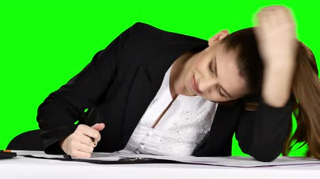 stres : Young businesswoman in a state of stress, pounding his fist on the table. Green screen