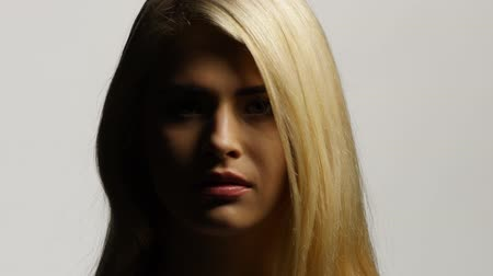 segredo : Side view of a beautiful blond woman with her long hair. White