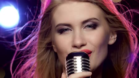 cantora : Glamour singer girl with retro microphone long blonde hair developing