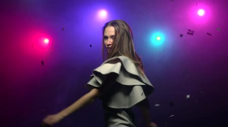 клуб : Girl dancing and whirling, making head movements. Close-up. Slow motion