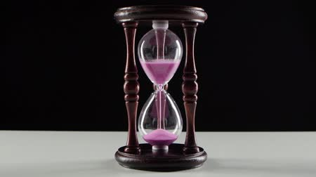 cronômetro : Countdown in the hourglass. Pink sand. Black Vídeos