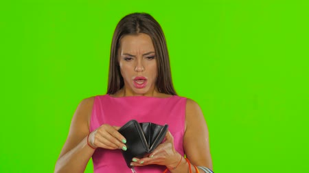 bolso : Woman have no money in the wallet. Green screen. Close up Stock Footage