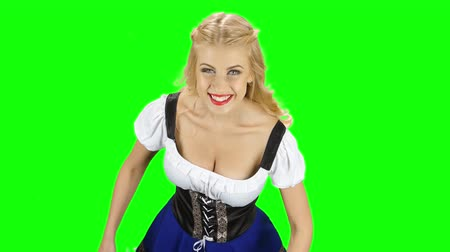 espartilho : Girl in bavarian national costume shows thumbs up and smiles. Green screen Stock Footage