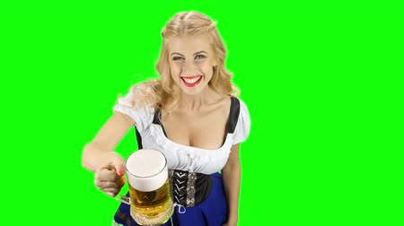espartilho : Bavarian girl offer someone a glass of beer and smiling. Green screen Stock Footage