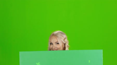 köpük : Sexy bavarian girl poiting to the green message card. Green screen